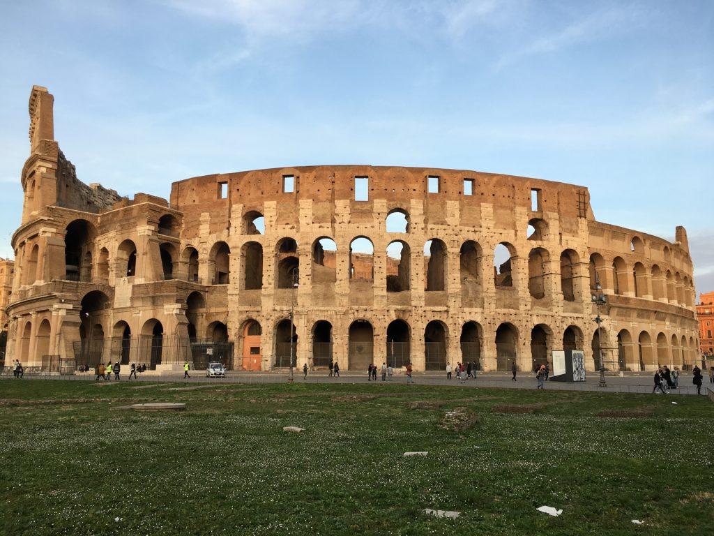ニーム地方の古代ローマ、コロッセオ闘技場の写真。