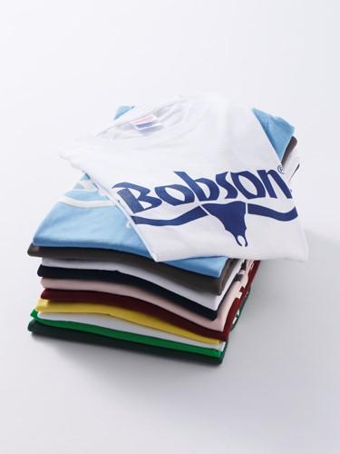 ボブソンのロゴが入ったロゴTシャツ。