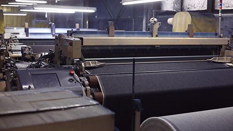 デニムを織る機械。デニム生地製造工場。