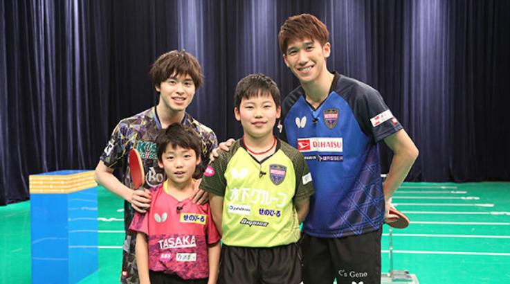 森薗政崇と卓球少年。ボブソンロゴが入ったTシャツを着ています。