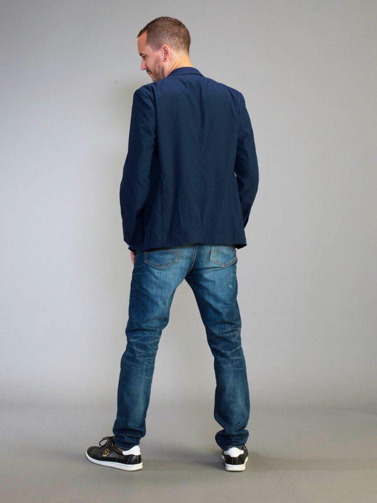 ボブソンジーンズを履いて立つ男性。モデル着衣写真。