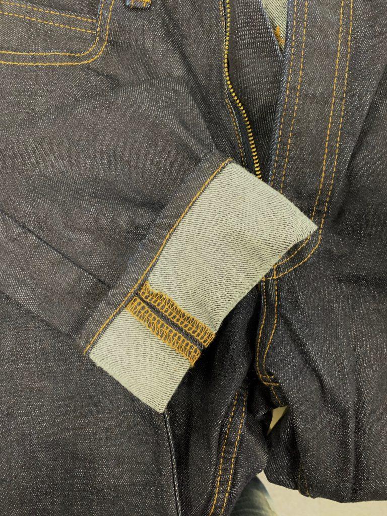 大量生産型のダブル幅のデニムで作らたジーンズ。折り返したところがチェーンステッチでダブル幅デニムで作られていることがわかる。