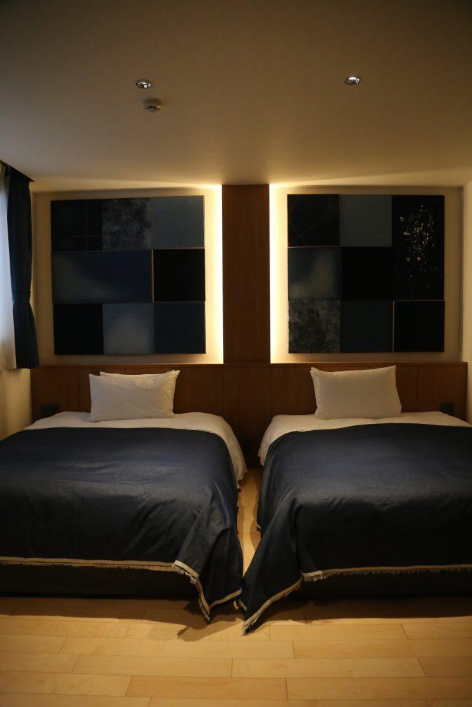 倉敷駅前にできた新しいホテルnagikurashikiの岡山地域のデニムをあしらったパネルで装飾された一室。 ちょっと暗めの落ち着く部屋。