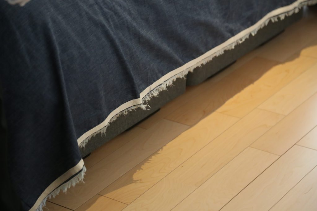岡山地域のデニムを使ったベッドカバー。