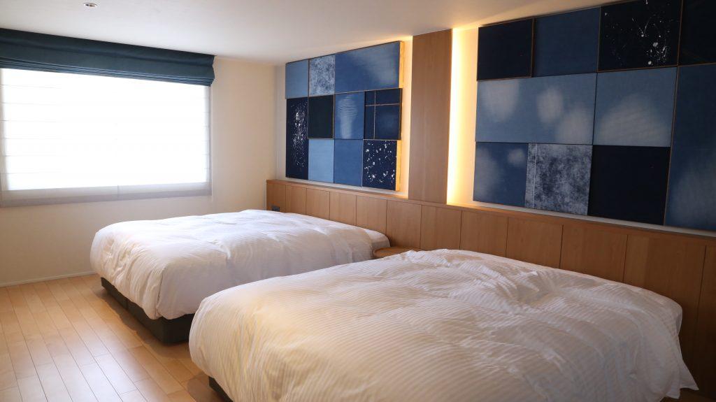 倉敷駅前にできた新しいホテルnagikurashikiの岡山地域のデニムをあしらったパネルで装飾された一室。