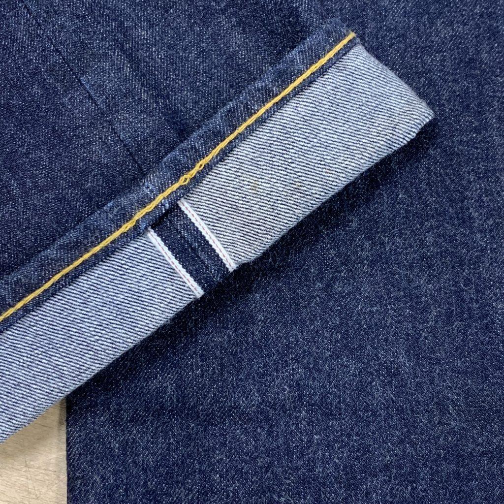 ジーンズの裾を折り返してセルビッチの端の赤ステッチが使われているのがわかる写真。