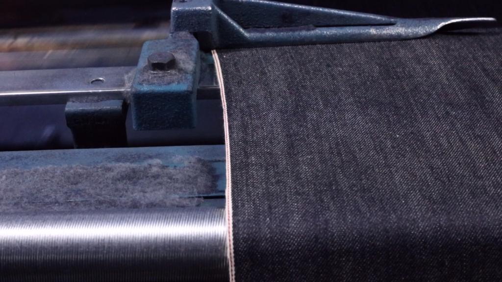 岡山地域のデニム生地製造工場。セルビッチデニムが織られている貴重な写真。