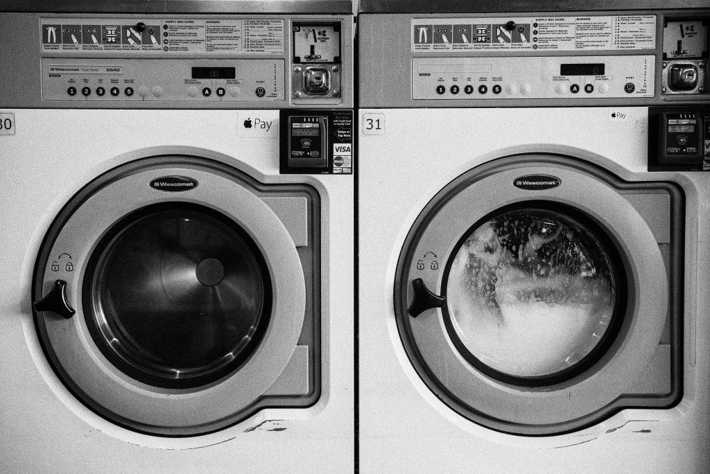 洗濯機写真。何かが洗われている様子がわかる。