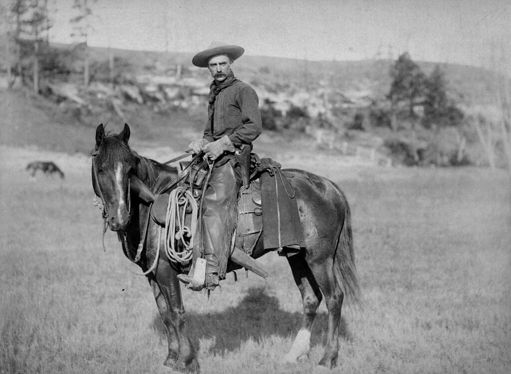カウボーイが馬に乗っている様子。馬の鞍などに鋲(リベット)が使われている。