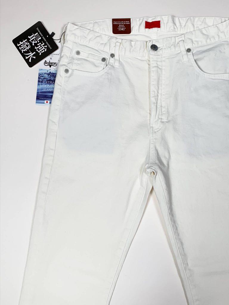 コールアンドレスポンスとボブソンダブルネーム、抗菌超撥水のホワイトジーンズの写真。