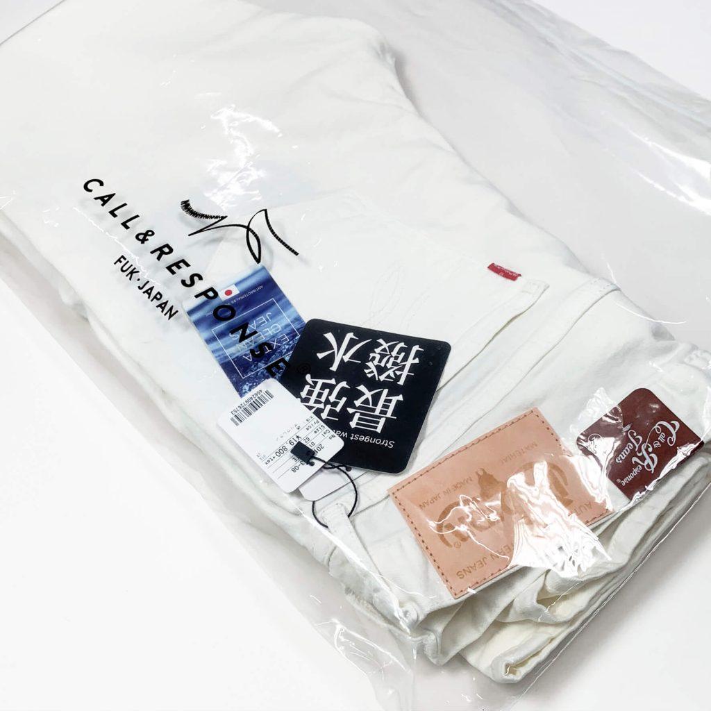 コールアンドレスポンスとボブソンダブルネーム、抗菌超撥水のホワイトジーンズの写真。袋に入れた状態。