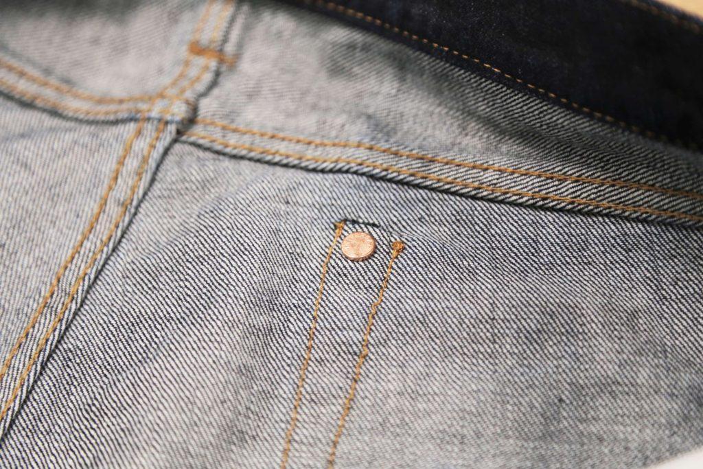 ジーンズのバックポケットの裏側。隠しリベットが打ち込まれているのが見える。
